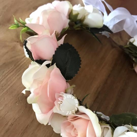 Couronne de fleurs rose pâle